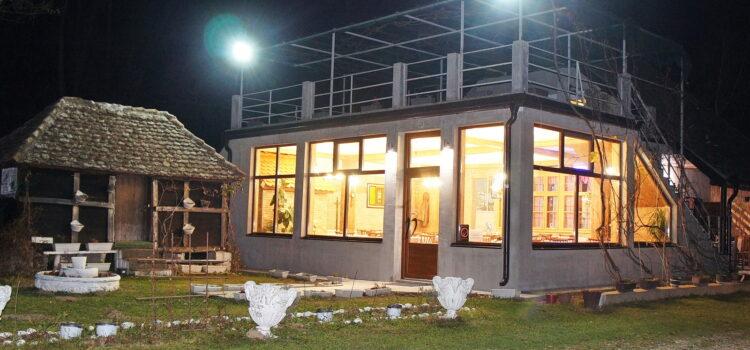Sala za Vaše svečanosti do 60 mesta u zatvorenom i klimatizovanom prostoru , + letnja bašta otvorena do 60 mesta sa pogledom na reku Drinu.